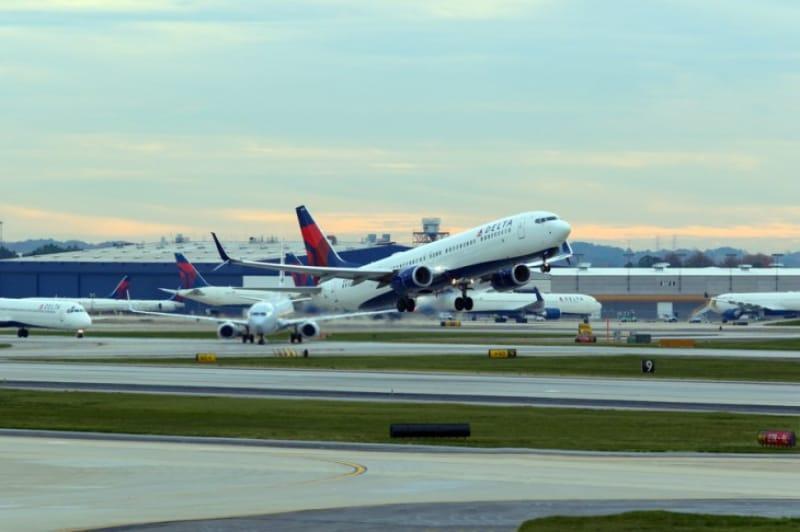 ひっきりなしに旅客機が飛び立つアトランタ国際空港