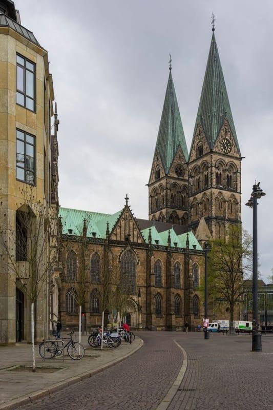 尖塔から街の全景を見渡す「聖ペトリ大聖堂」