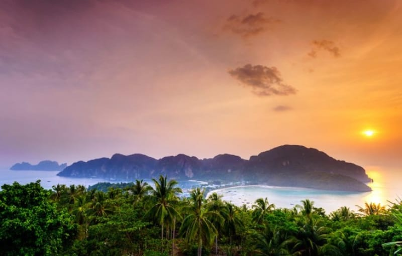 豊かな珊瑚礁に囲まれたピピ島