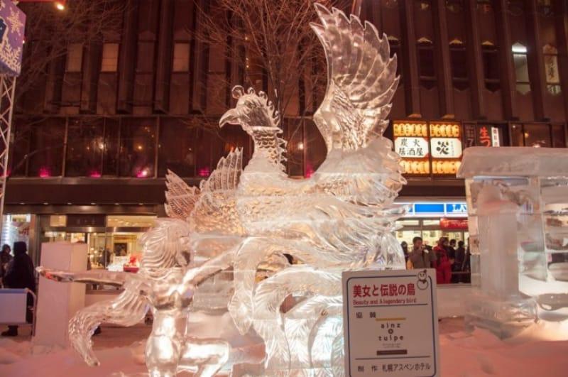 氷の彫刻が並ぶ すすきの会場
