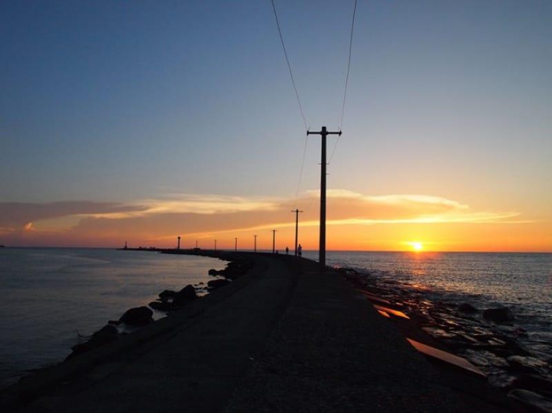シルエットが浮かぶ絵画のような夕日・三国サンセットビーチ