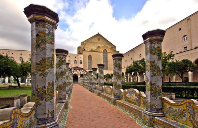 美しいタイルの回廊「サンタ・キアラ教会」