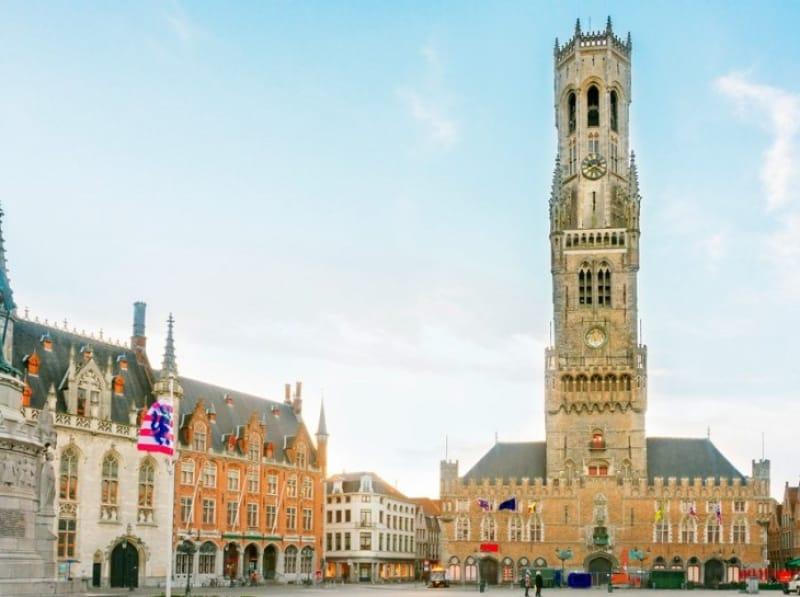 鐘楼と西フランダース州庁舎