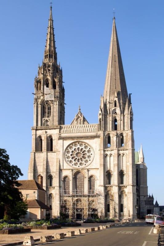 人々を照らす青きバラ「シャルトル大聖堂」