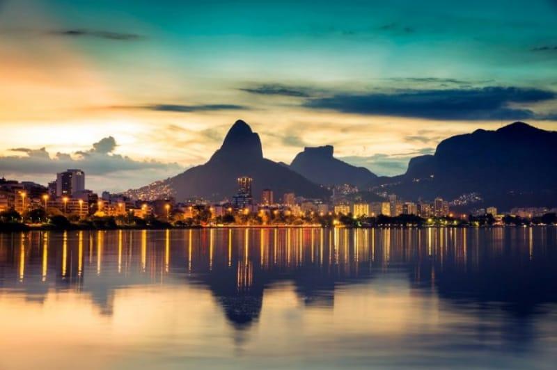 命の火が灯る夕方のリオデジャネイロ