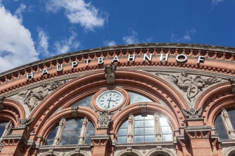 豪華なレンガ造りの駅舎「中央駅」