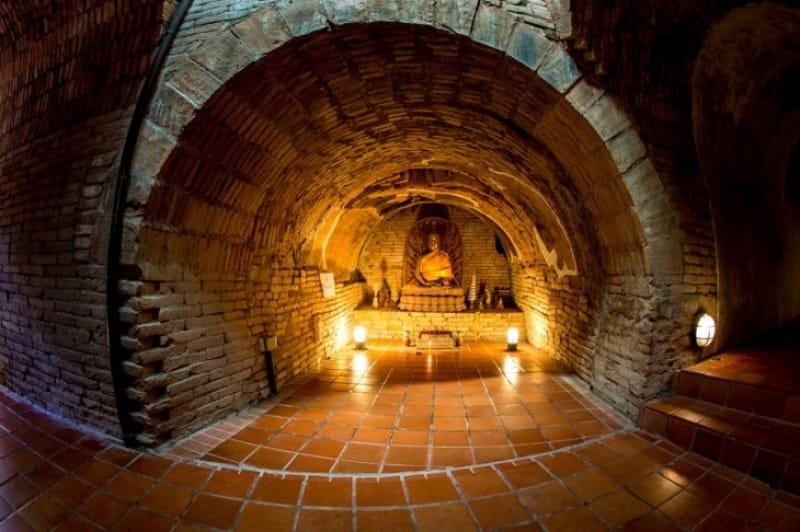 仏像が置かれた神秘的な洞窟 ワット・ウモーン