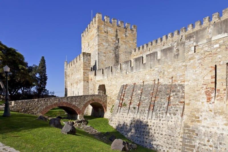 リスボンの街を見下ろす四角いお城「サン・ジョルジェ城」