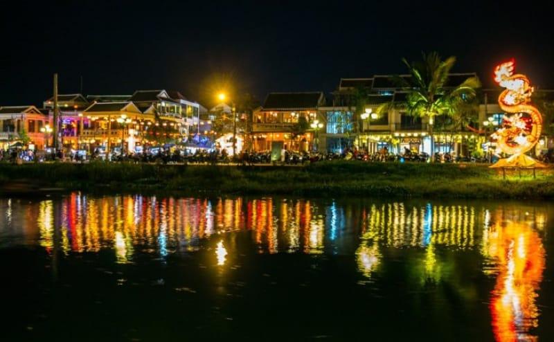 川沿いの夜景