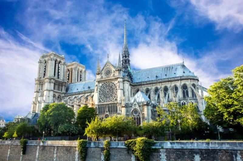 パリを長年見守り続けた聖堂「ノートルダム大聖堂」