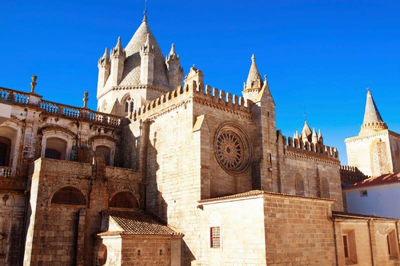 街を見下ろすシンボル・エヴォラ大聖堂