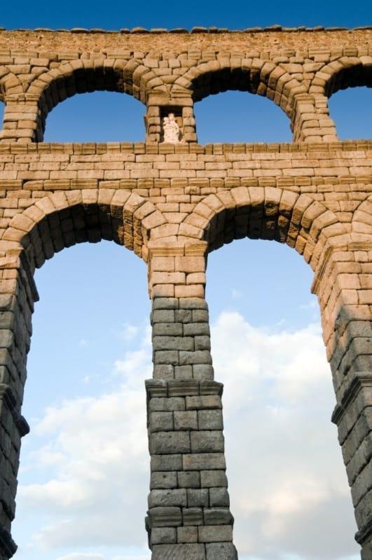 ローマ水道橋に残る伝説