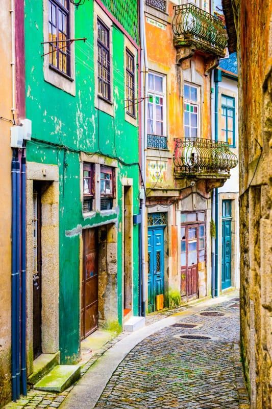 カラフルに彩られたポルト市街の路地