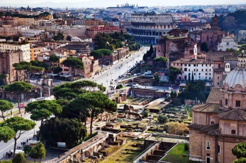 古代ローマに囲まれた通り フォーリ・インペリアーリ
