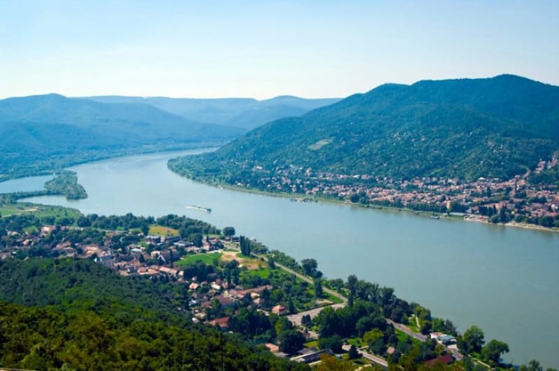 ドナウ川の雄大な眺めはヴィシェグラードで