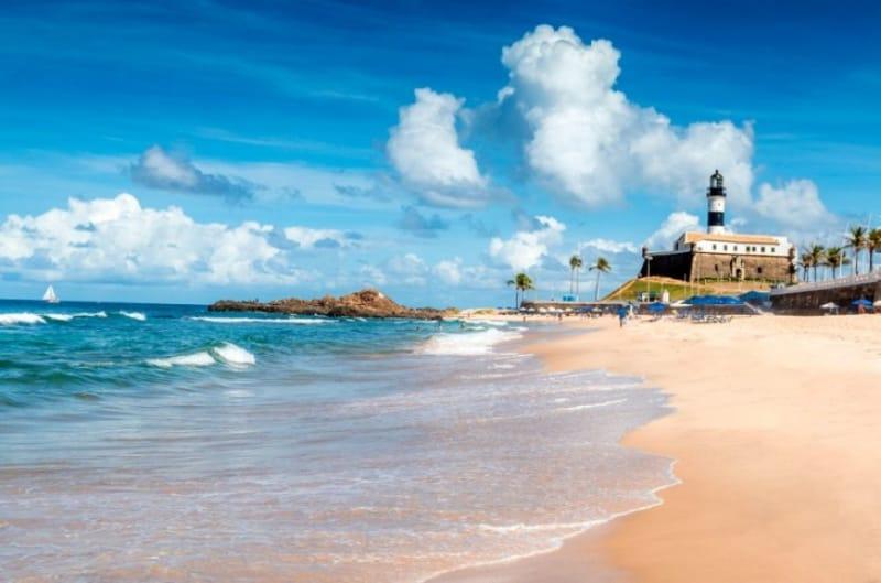 美しい海と澄んだ空に包まれたポルト・ダ・バーハのビーチ