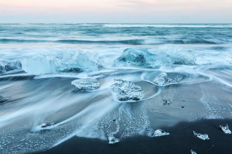 10位 凍てつく寒そうな海「iceberg beach iceland」