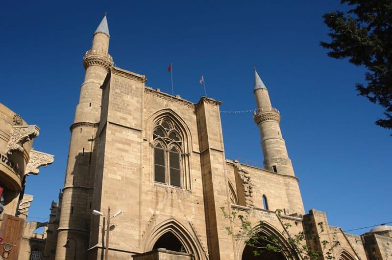 歴史あるモスクの数々