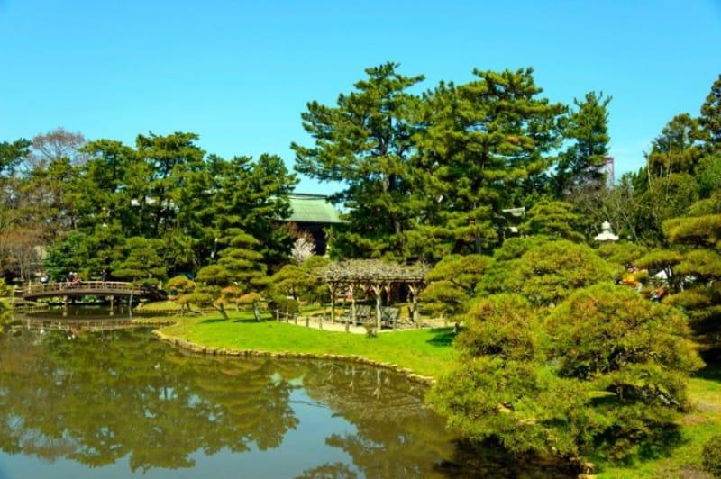 新潟市中央区の市役所建物そばにある白山公園の日本庭園です。