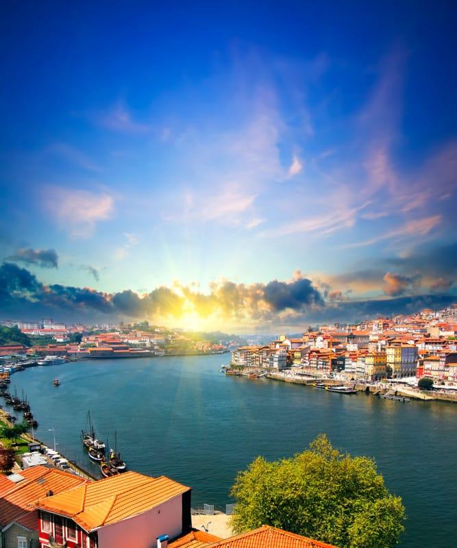 光り輝く太陽と、煌めく川