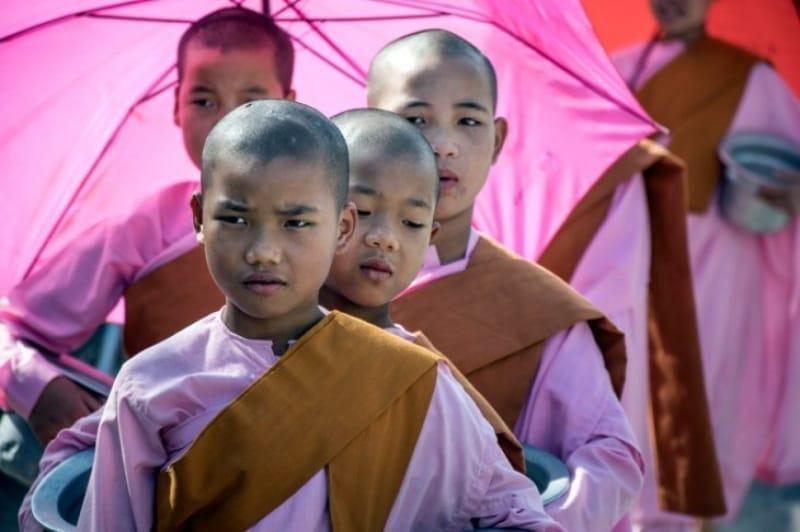 一見男の子、ひたむきに歩く修道女たち