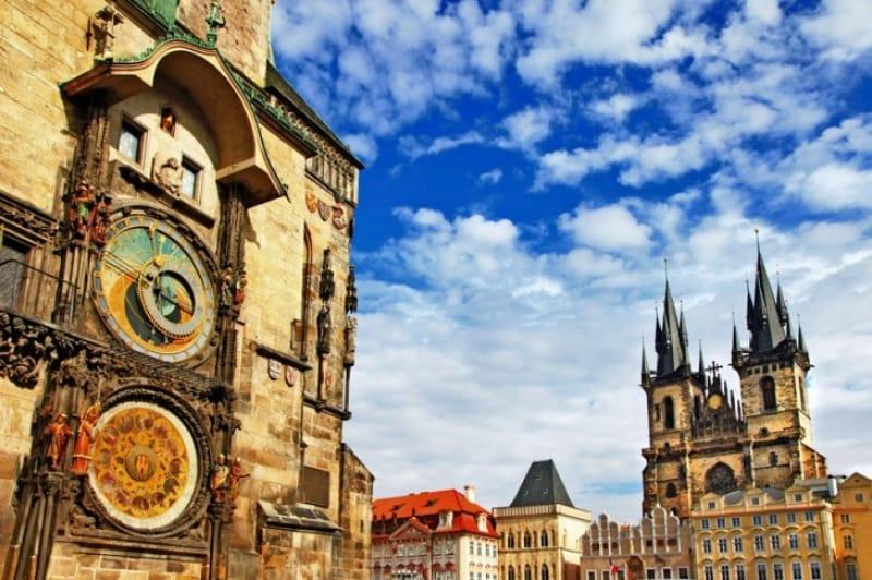 2つの鐘楼が特徴のティーン聖母教会