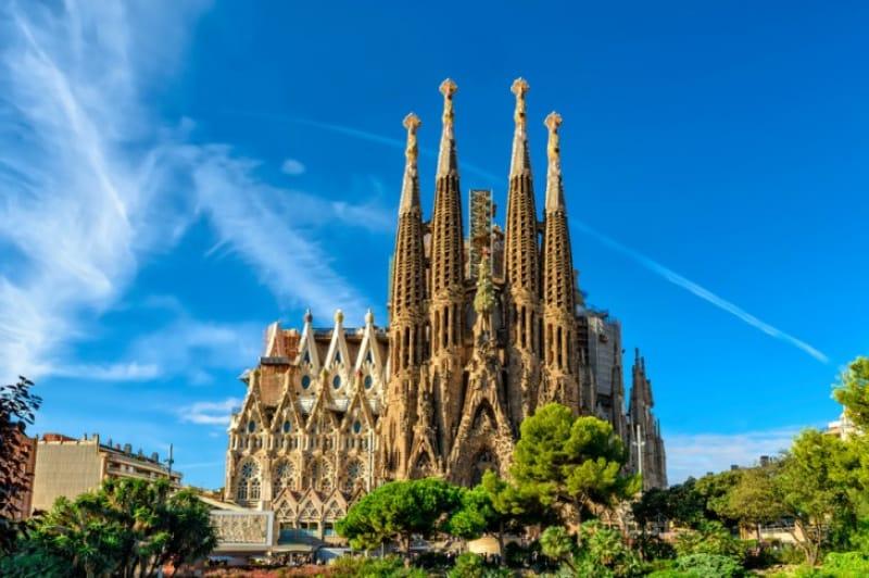 バルセロナのシンボル。晴天のサグラダ・ファミリア