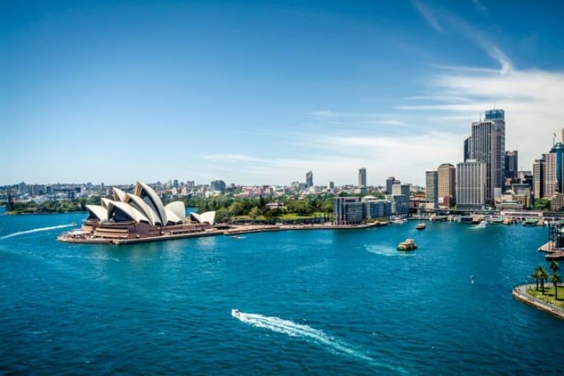 シドニーハーバーから見たオペラハウス