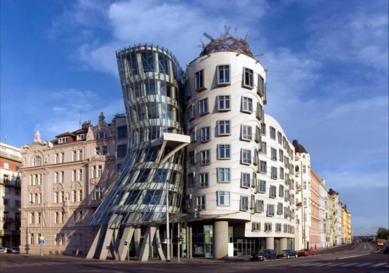 近代建築の巨匠、フランク・ゲーリーが手掛けた『ダンシング・ビル』