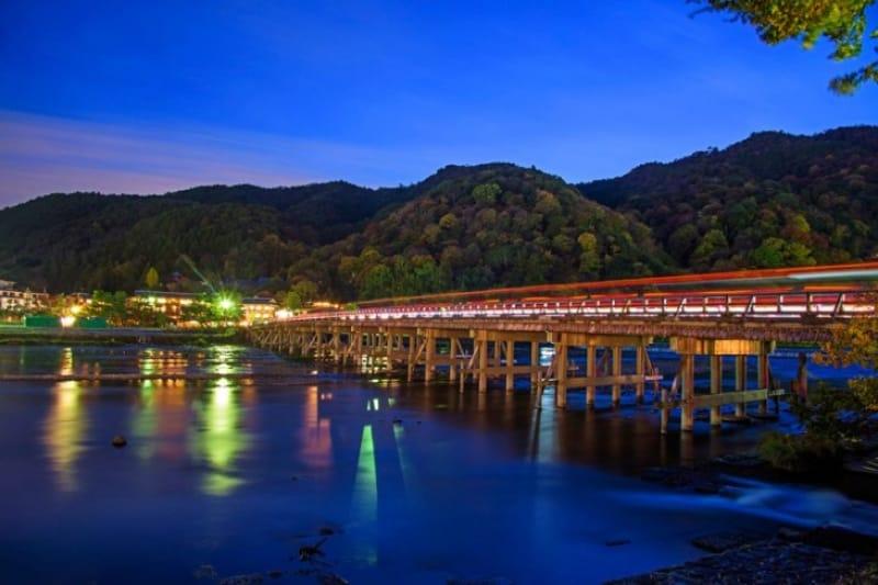 日本の古都のシンボル・京都〈渡月橋〉