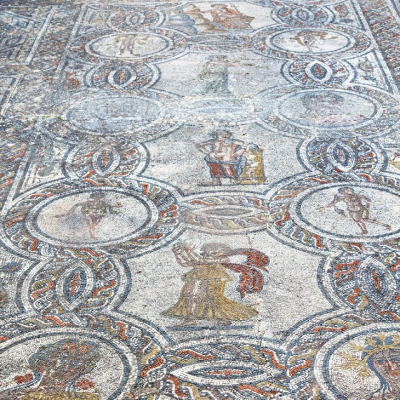 四季が擬人化されている ディオニュソスと四季の家