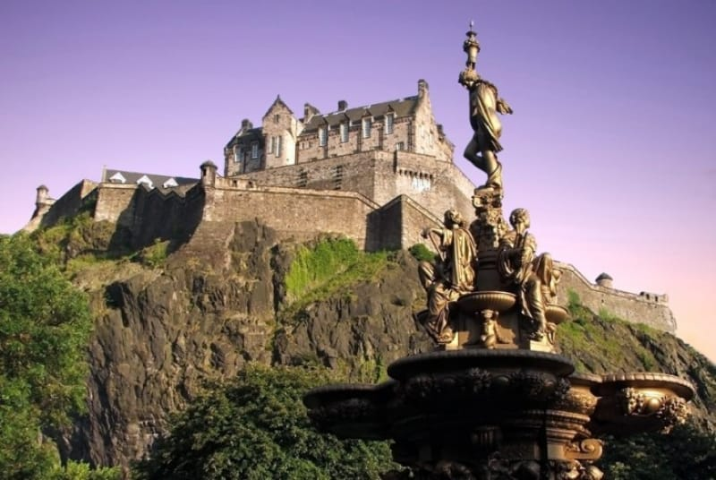 エジンバラ城を下から望む