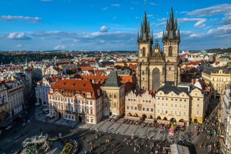 過去と現在が混在する「プラハ旧市街広場」の魅力