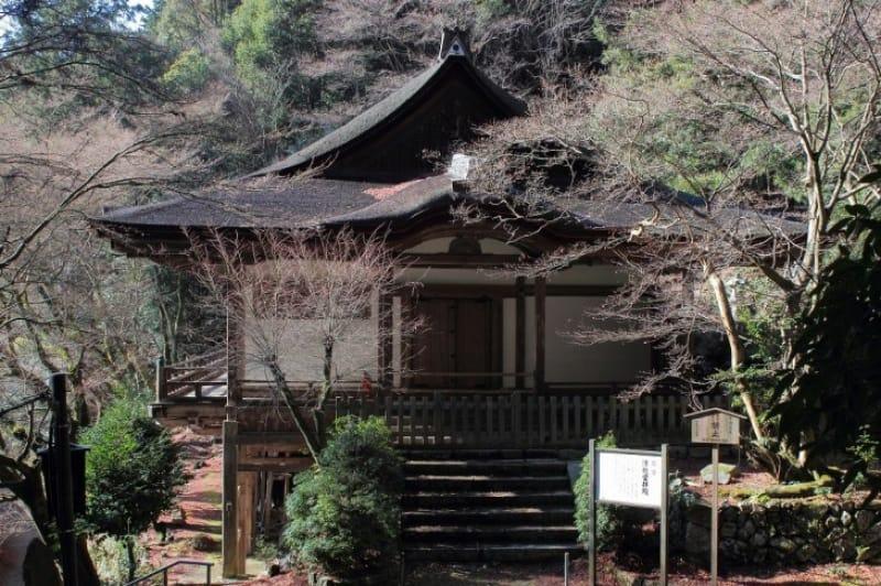 (2)懸造りの風情漂う「清瀧宮拝殿」