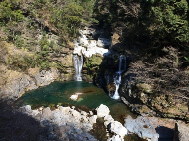 94162:複数の落ち口を持つ滝の美しさ