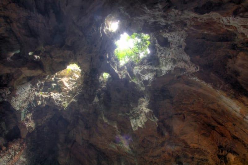 洞窟に指す一筋の光、五行山