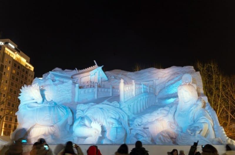 ライトアップした雪像も見られます