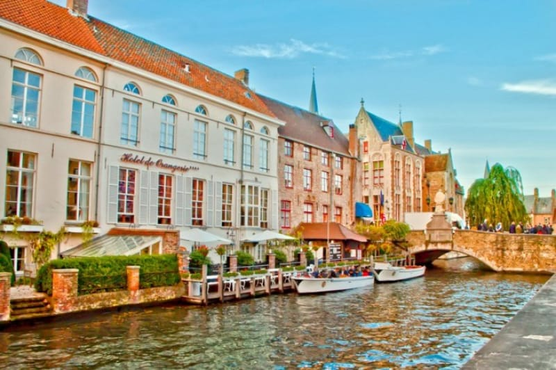 ボートから美しい街並みを眺める