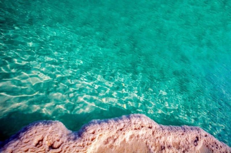 エメラルドグリーンの水に、真っ白な塩の大地