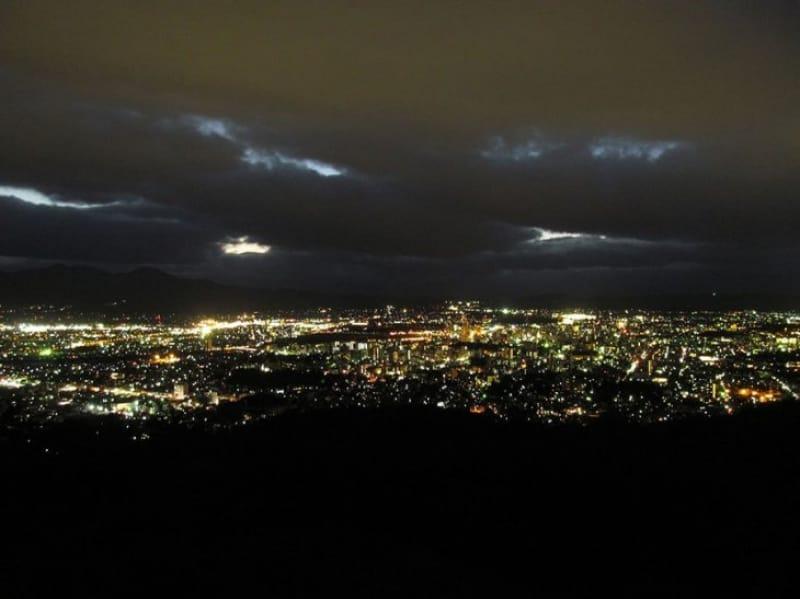 展望カフェでゆったり夜景・岩山公園