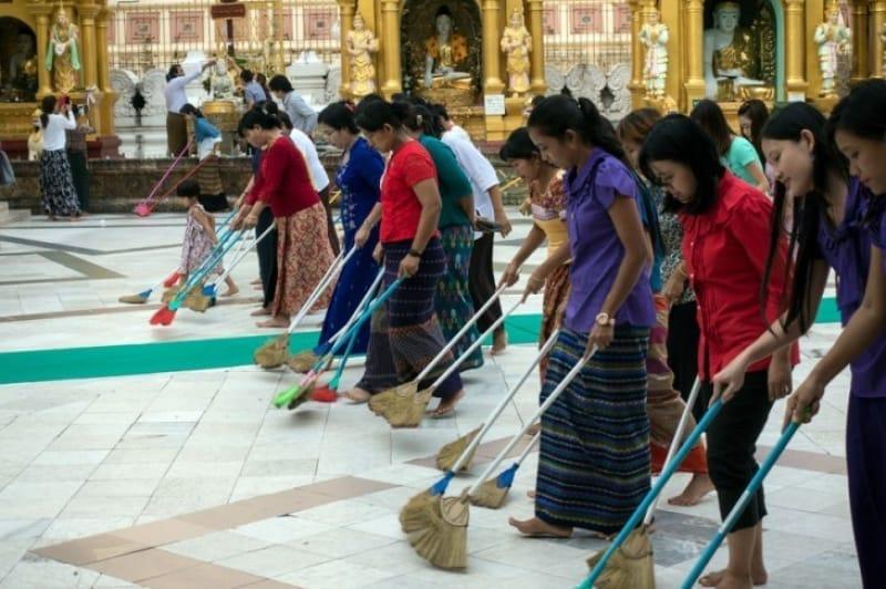 ヤンゴン市内のボランティア清掃に取り組む女性たち
