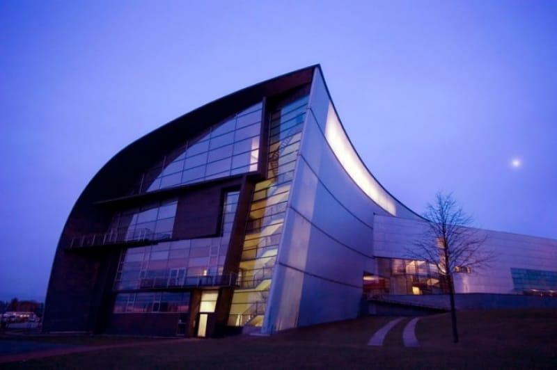外観も内部もアートそのもの キアズマ国立近代美術館