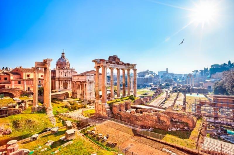 古代ローマの偉人たちが集った「フォロ・ロマーノ」を散策する