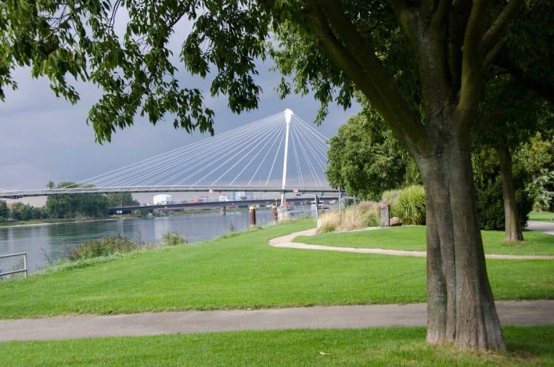 川の向こうはドイツ ジャルダン・デ・デュ・リーブ公園