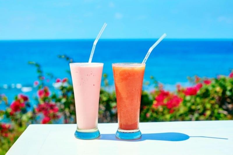 バリの青い海にビビットなトロピカルジュース!