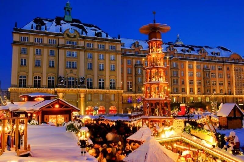 クリスマスマーケットが有名なアルトマルクト広場