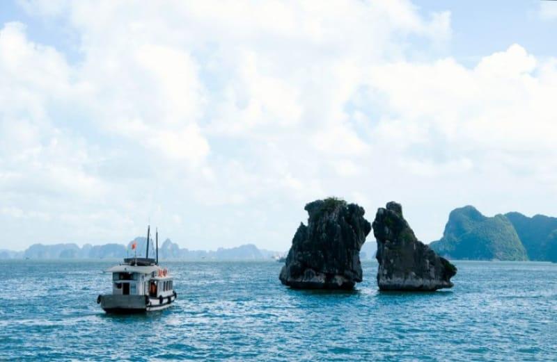 闘鶏岩と魚影岩