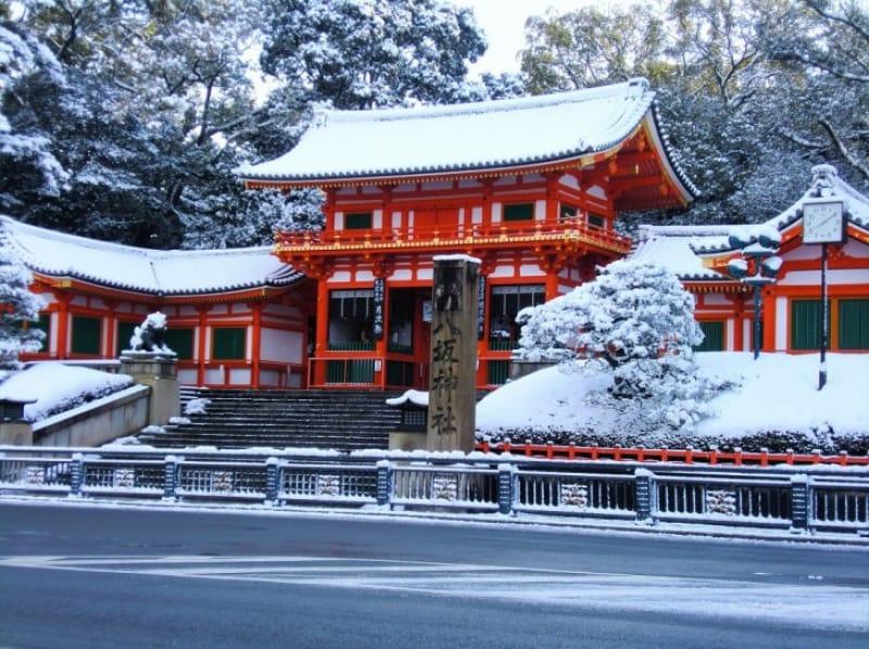 雪景色も美しい八坂神社