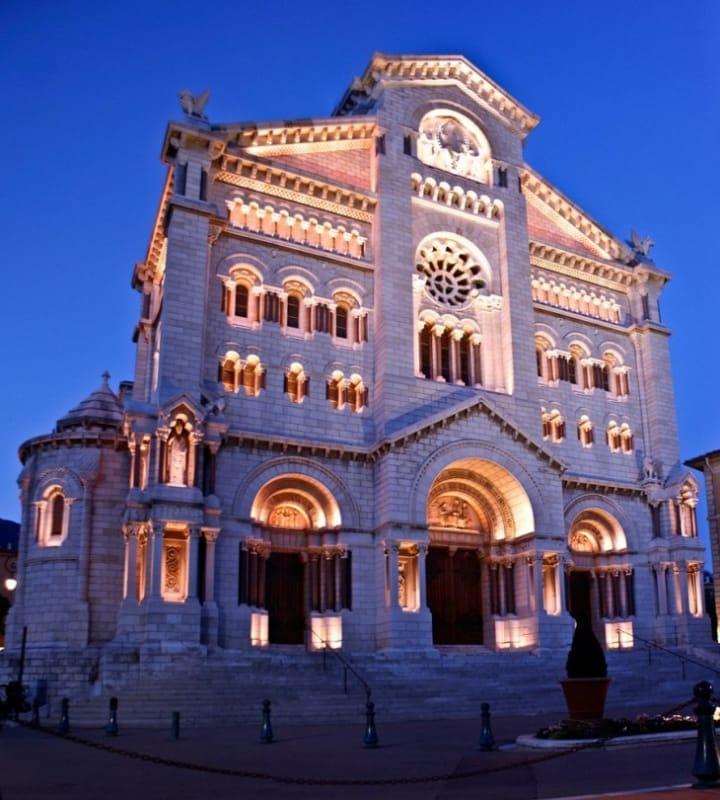 グレース・ケリーがレーニエ3世と結婚式を挙げたとても美しい教会です。