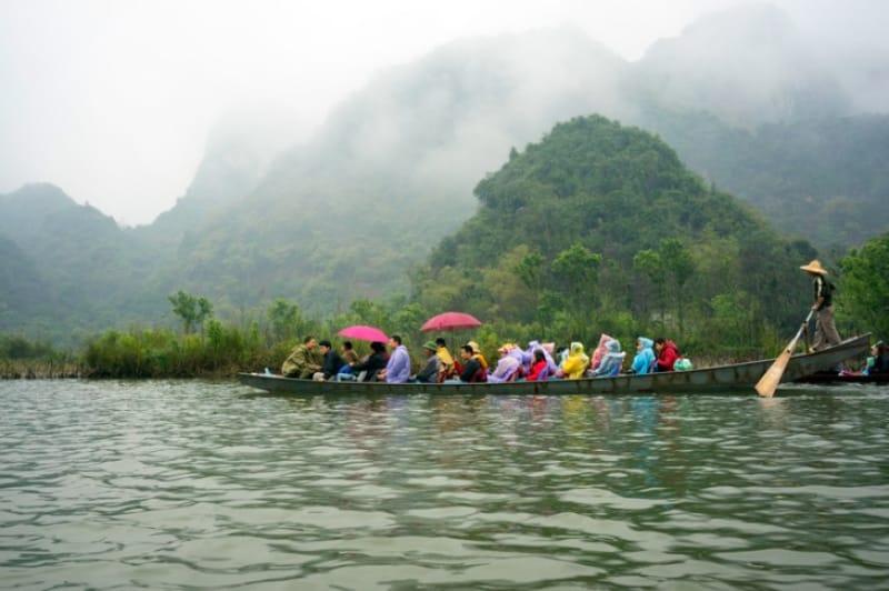 手漕ぎボートで向かうフォン寺